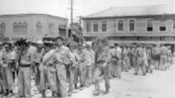 전선에 투입되는 국군 장병들이 전선으로 이동하기 전 군장검사