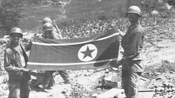 미 제35연대가 십이당산에서 노획한 '북한인공기'